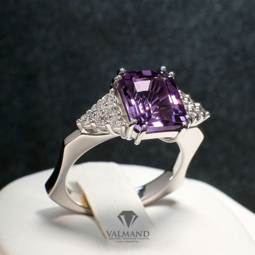 Gold ring with Amethyst and Diamonds i981AmeDi