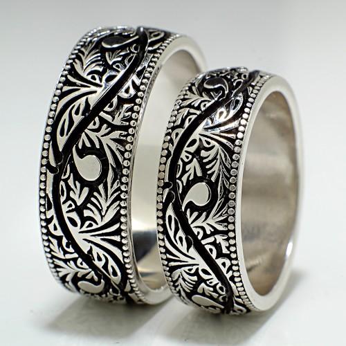 Gold wedding bands with Venetian design v619